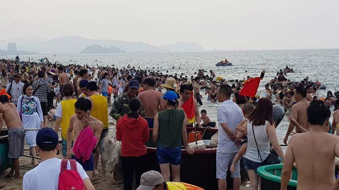 Hơn 2 vạn người trên bãi biển Cửa Lò, khách sạn